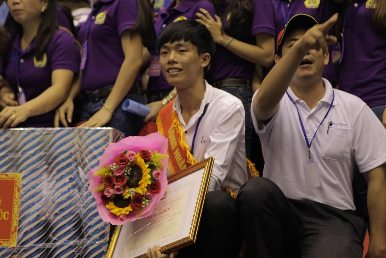 Anh Nguyễn Đình Duy (Công nhân xuất sắc) với bằng khen của Thủ Tướng Nguyễn Xuân Phúc trao tặng trên tay.